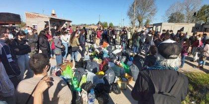 Guernica: jóvenes precarizades llevan colecta a familias que pelean por un techo