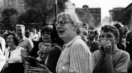 Una mujer levanta la voz