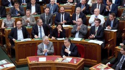 El Parlamento húngaro aprueba una ley que criminaliza la ayuda a refugiados
