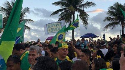 Bolsonaristas festejaron saludando a torturador de la dictadura y con un desfile militar