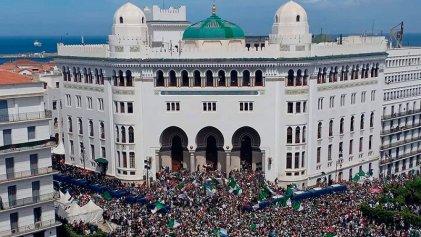 Millones de argelinos se manifiestan contra el régimen