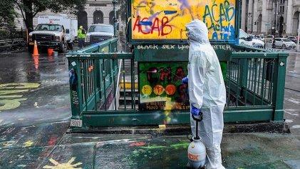 La Policía de Nueva York desaloja violentamente el campamento en el ayuntamiento de la ciudad