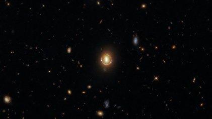 Espectacular imagen de galaxias y raro fenómeno captado por el telescopio Hubble