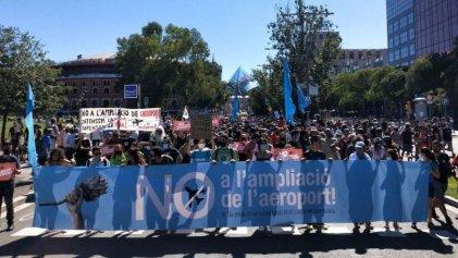 Barcelona: miles de personas marcharon contra la ampliación del aeropuerto El Prat