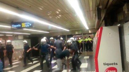 """La Guàrdia Urbana reprime a los """"manteros"""" en Barcelona"""