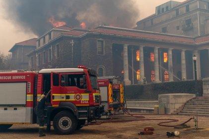 Sudáfrica: un incendio en Ciudad del Cabo daña una biblioteca de casi 200 años