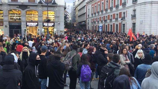"""Jóvenes madrileños con el pueblo catalán: """"¡Aquí están los antifascistas!"""""""