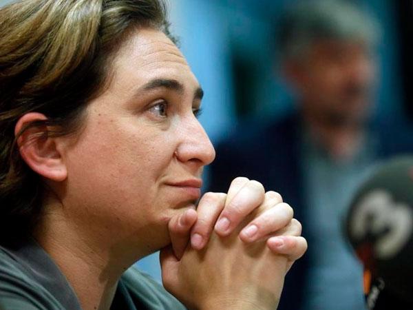 Ada Colau, entre el pacto de estabilidad en Barcelona y las presiones del PSOE